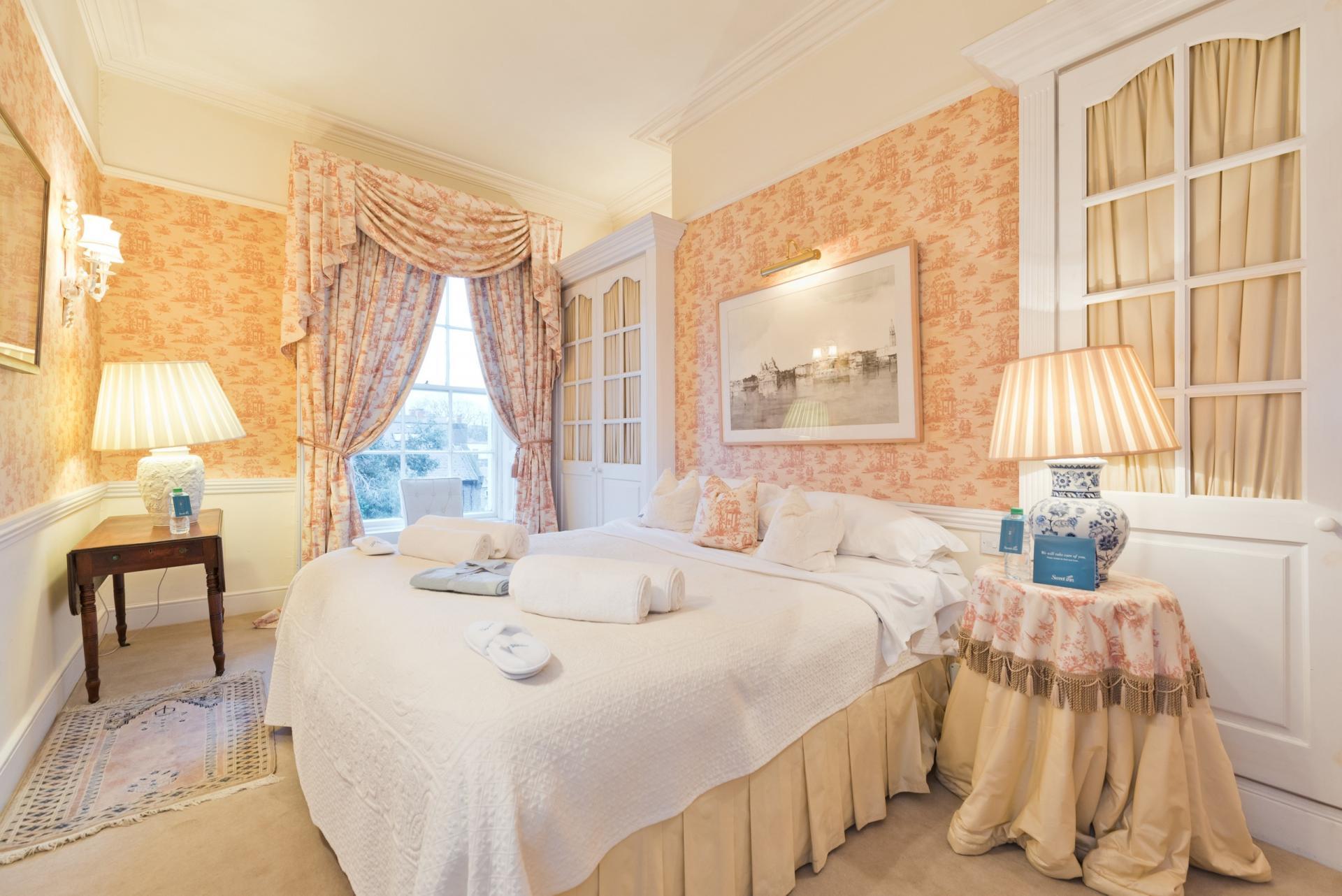 Traditional bedroom at Elegant Ballsbridge Apartments