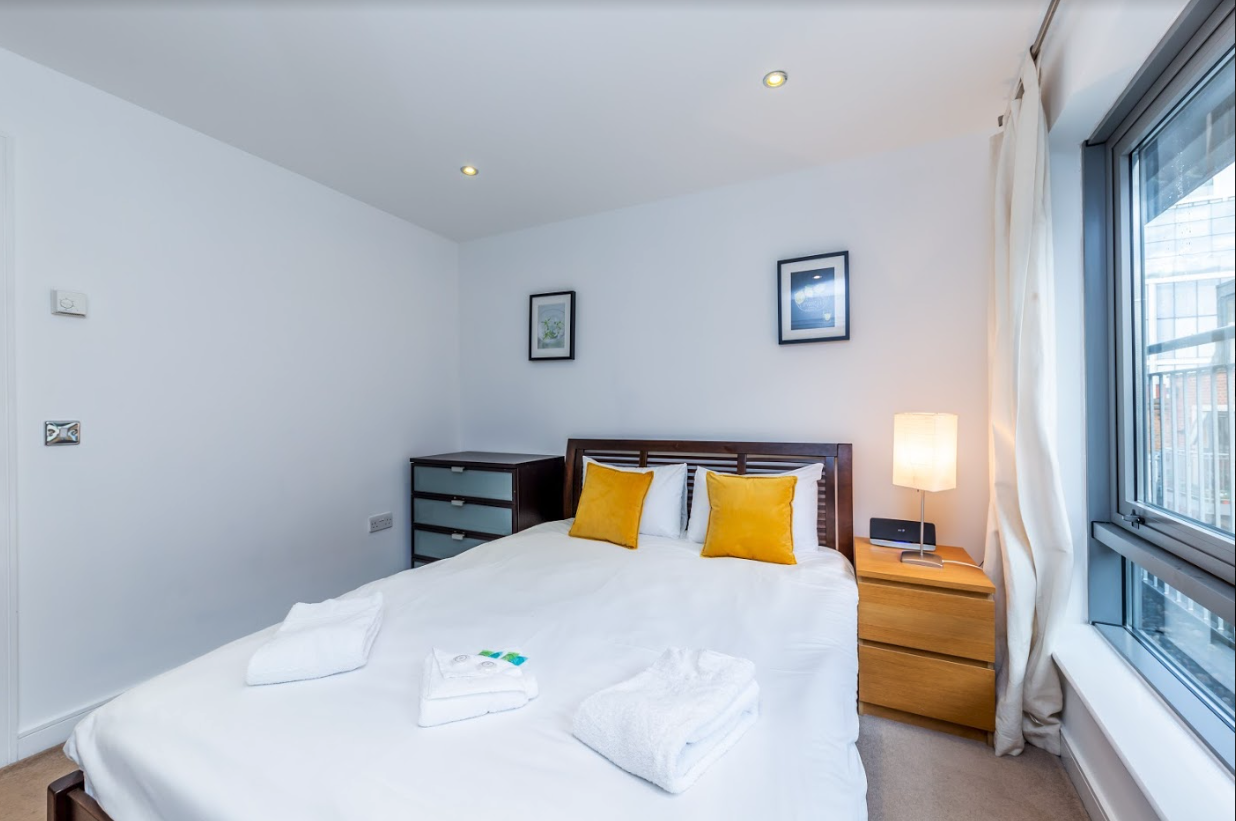 Double bed at Steward Street Apartment