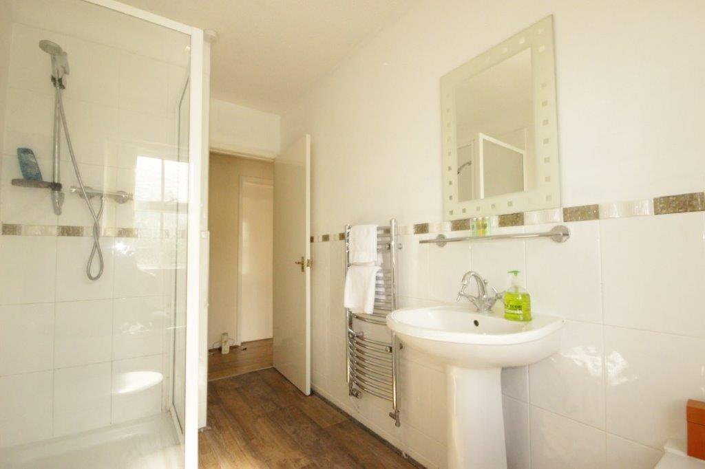 Shower at Windhouse View Apartment
