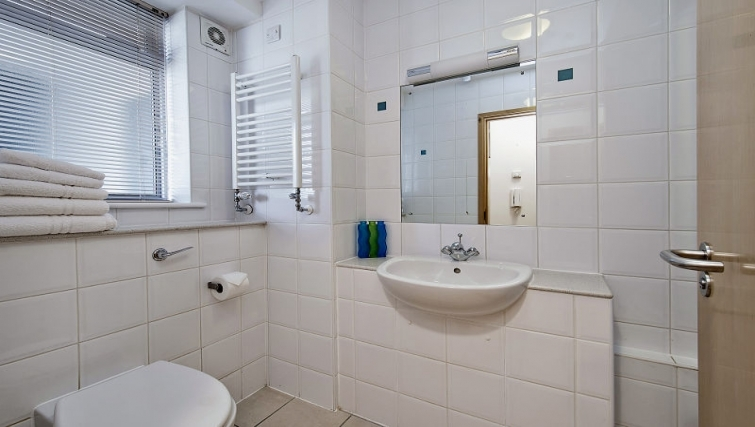 Attractive bathroom in 6-8 St Christophers Place Apartments