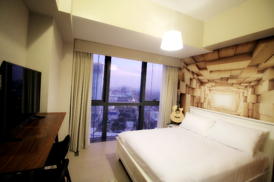 Queen size bed at One Eastwood Avenue Apartments, Bagumbayan, Manila