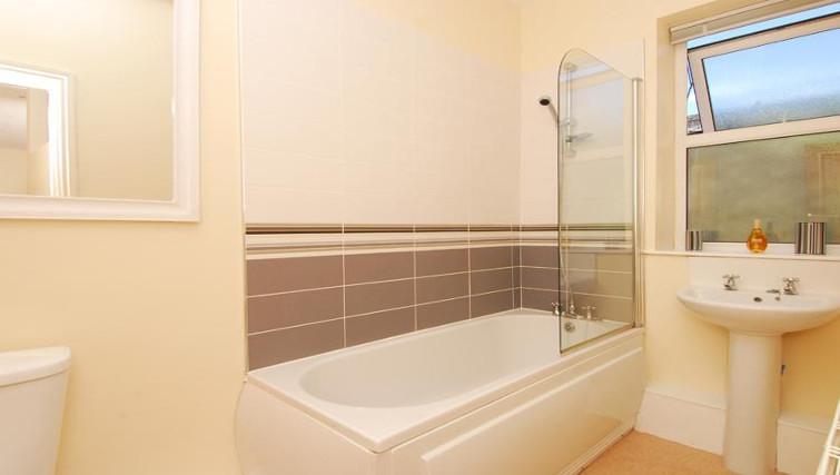 Immaculate bathroom in Trafalgar Place Apartment