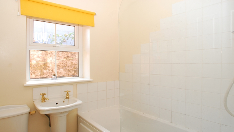 Ideal bathroom in Durnford Apartments