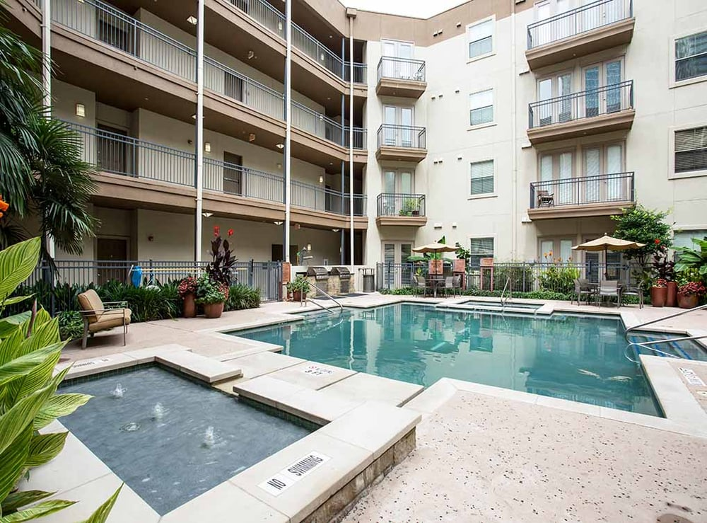 Pool at AMLI 300 Corporate Housing