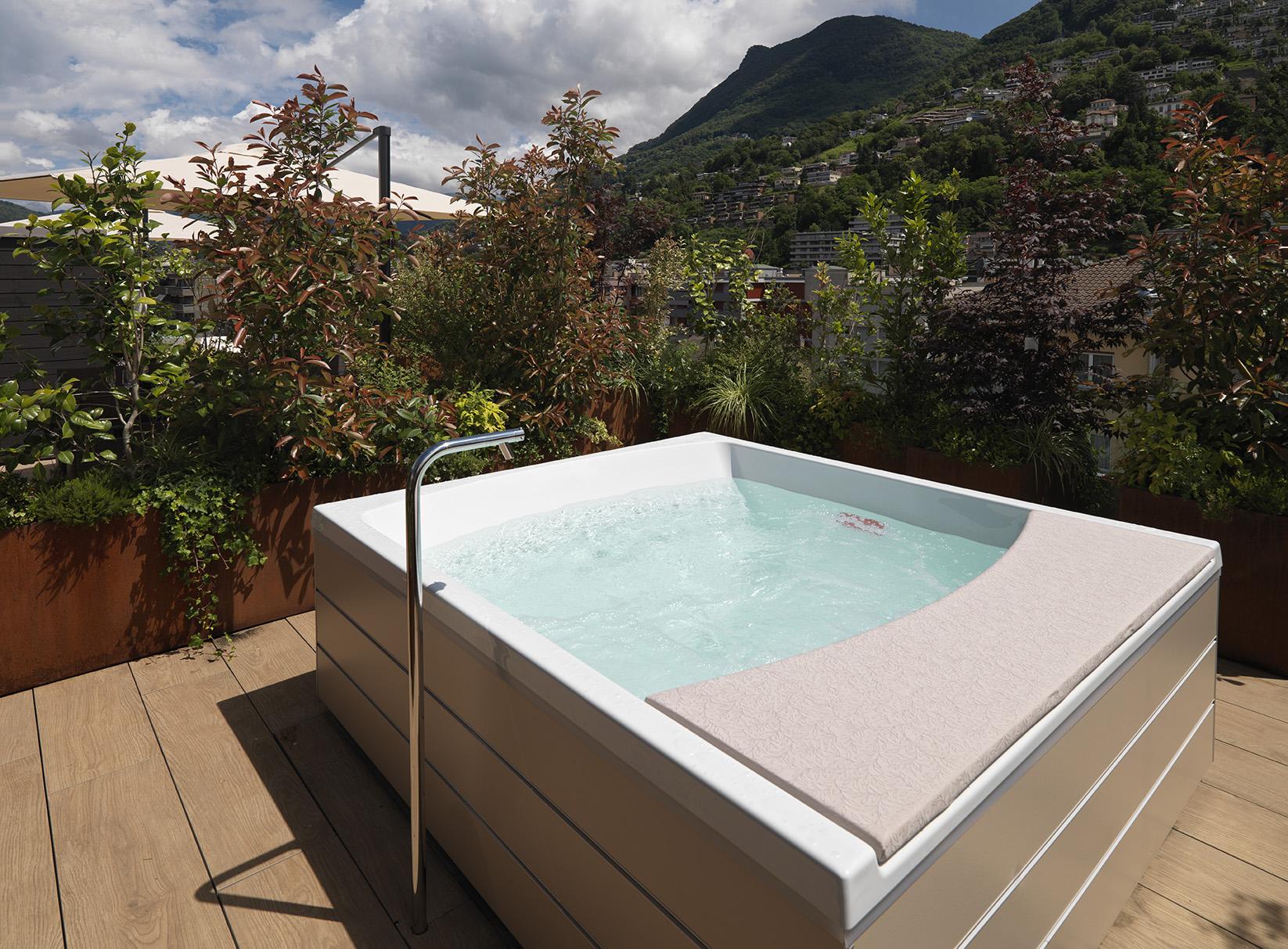 Jacuzzi at Smart Living Lugano Apartments