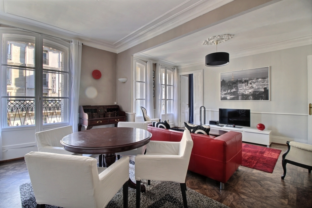 Dining table at Lerivoli Apartment