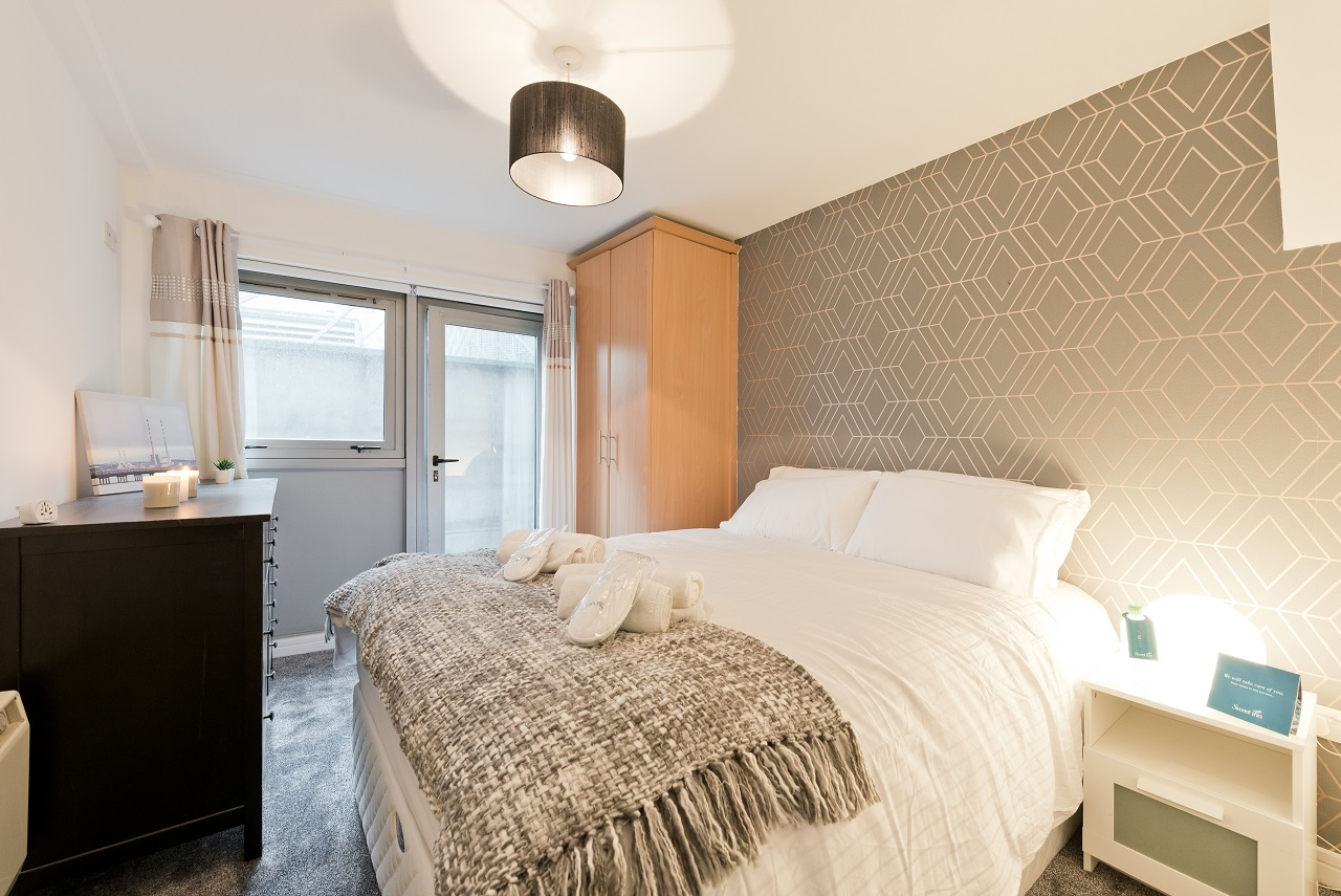 Queen size bed at Crown Temple Bar Apartment, Centre, Dublin