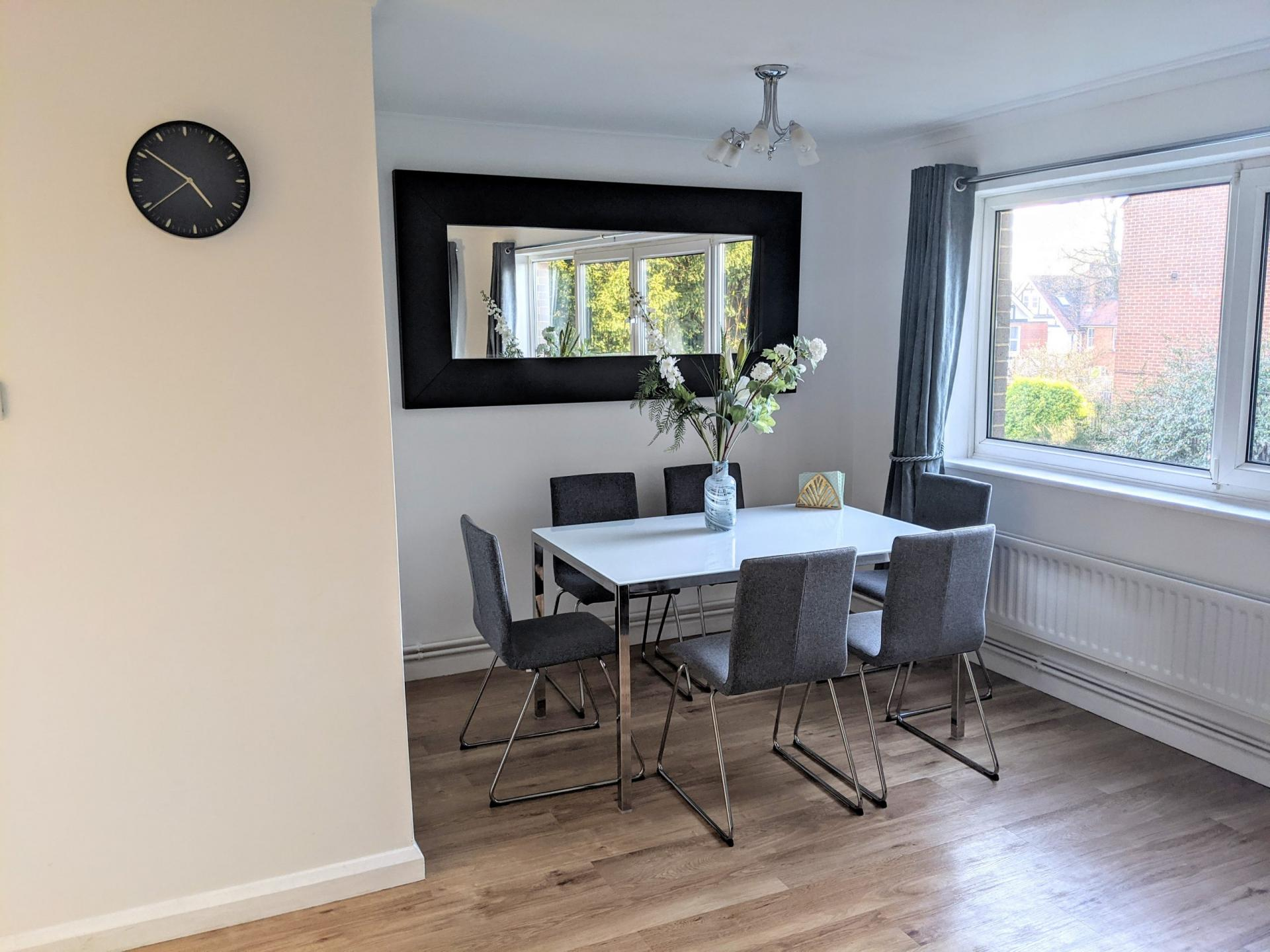 Dining area at Benjamin House Apartment, Centre, High Wycombe