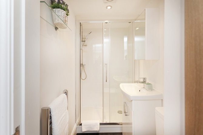 Shower room at Bowling Green Apartments