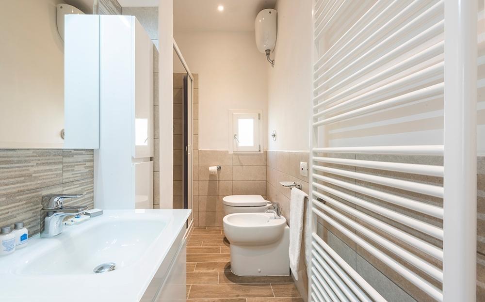 Modern bathroom at Serenity Apartment