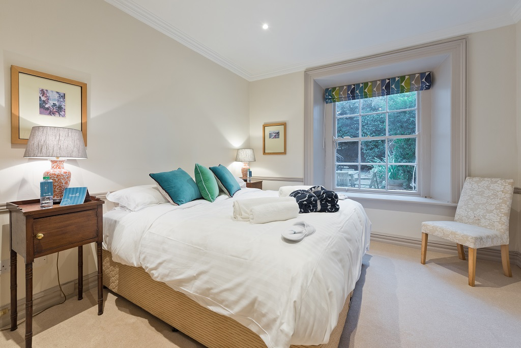 Queen size bed at Wellington Road Apartment