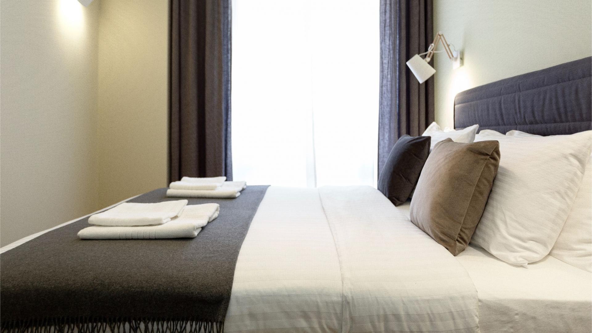 Bright bed at Siauliu Town Hall Apartment