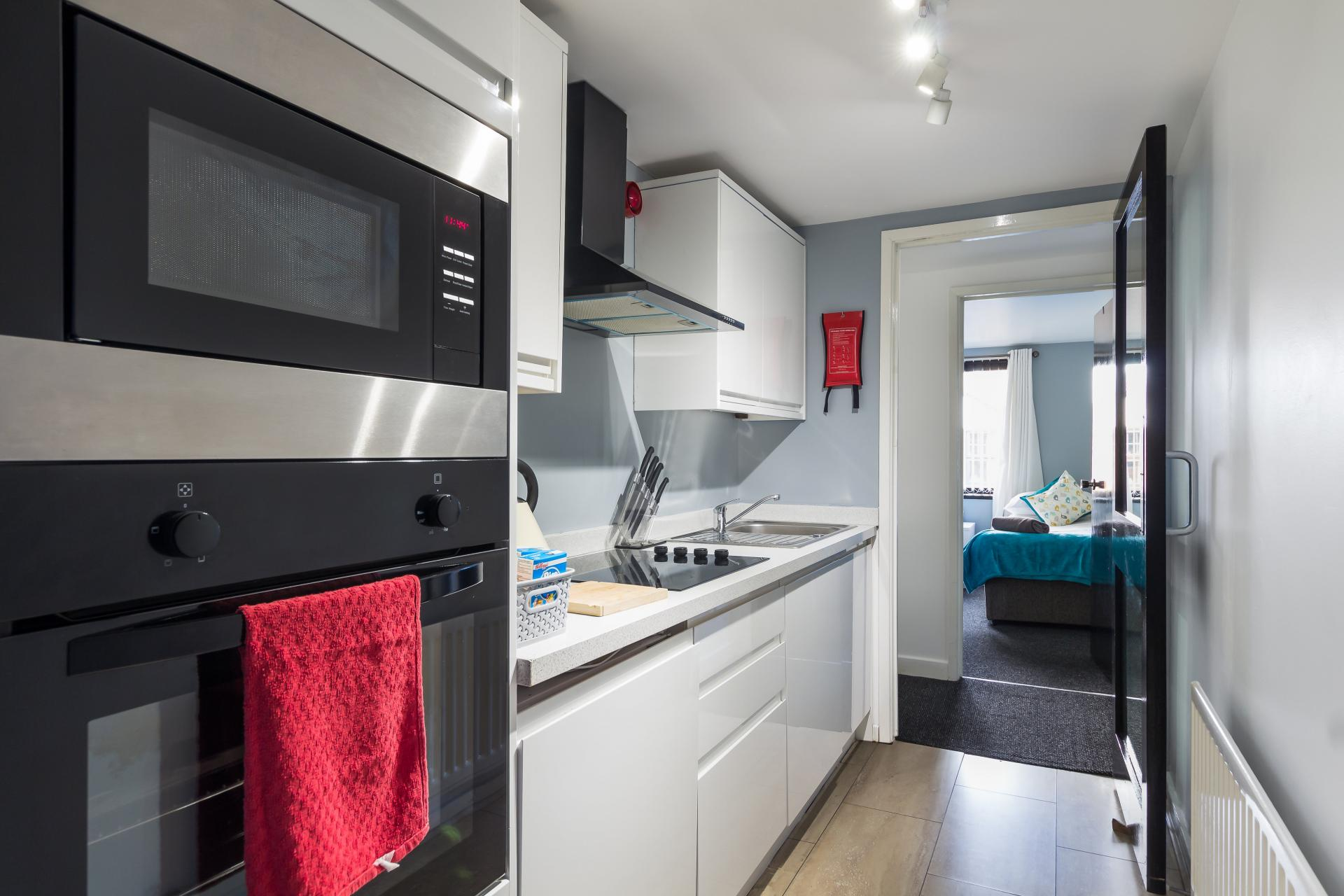 Kitchen facilities at Suitestayzzz Apartments