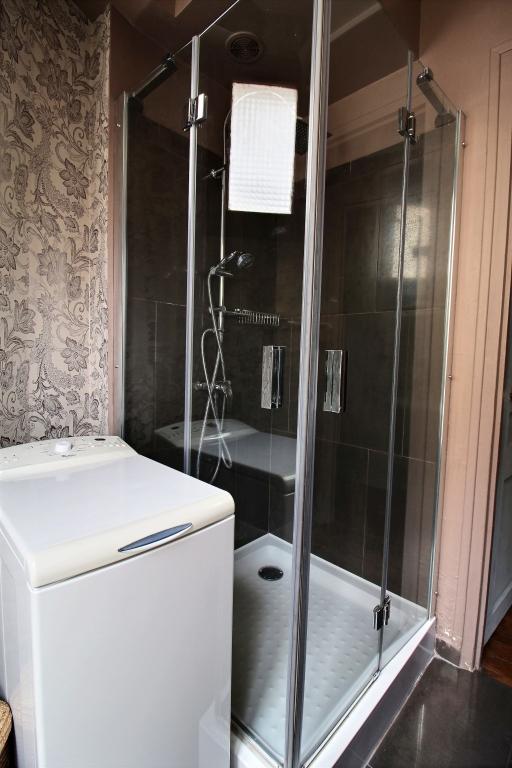 Shower at Cozy Gramme Apartment, 15th Arr, Paris