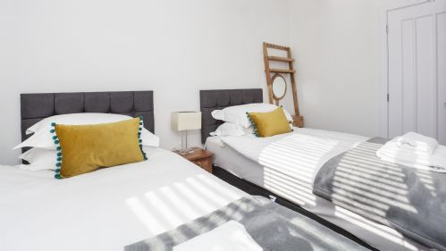 Twin beds at White House Apartments