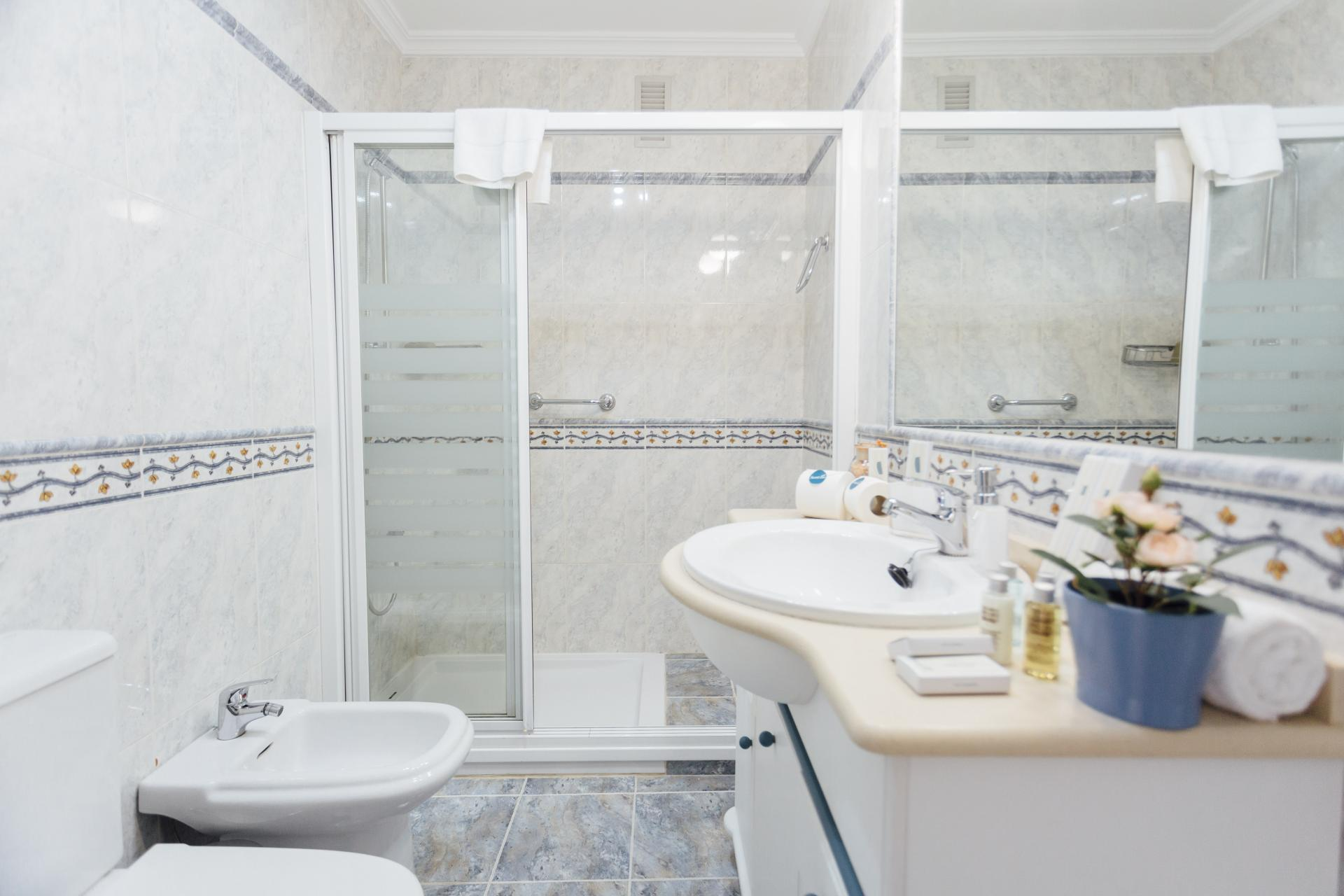 Shower at Plaza de Zurradores Apartment