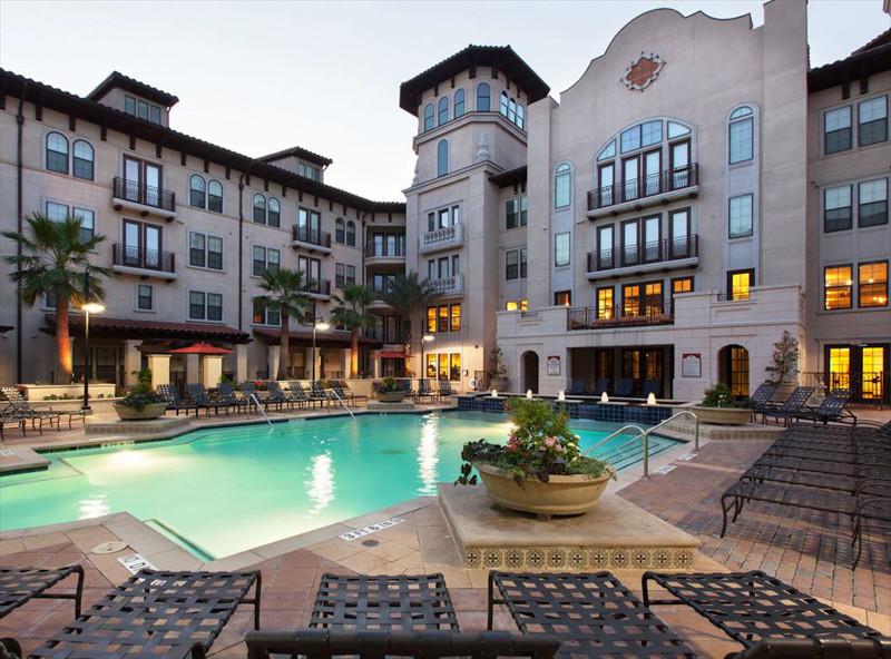 Pool at Amli 2121 Apartments