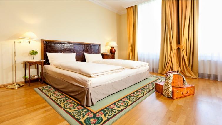 Spacious bedroom in Louisas Place Berlin