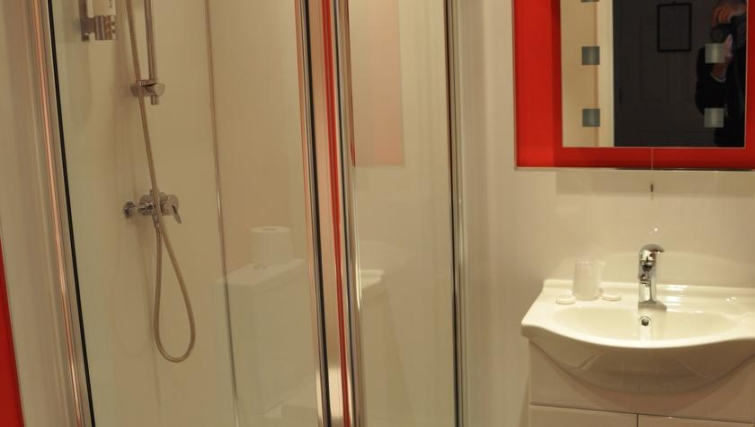 Stunning bathroom in Eastern Esplanade Apartments