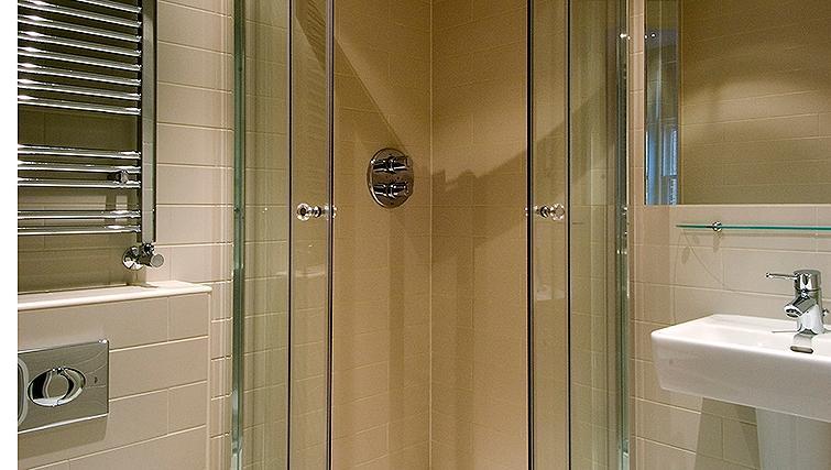 Pristine bathroom at St James House