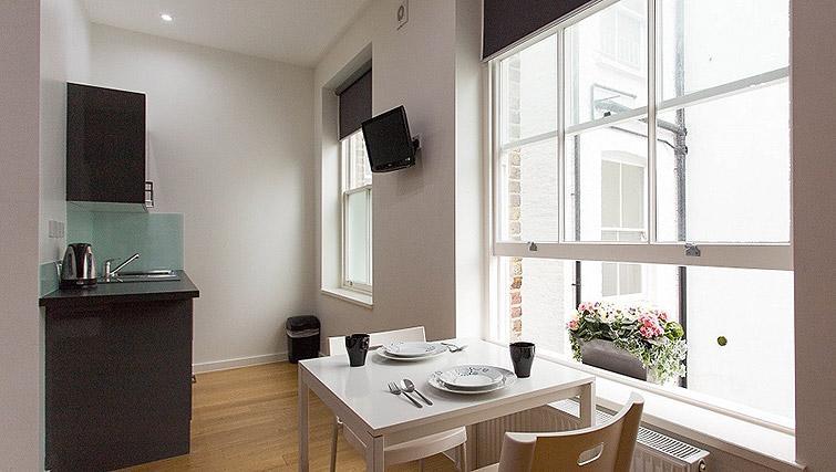 Studio dining at Ladbroke Studios and Apartments
