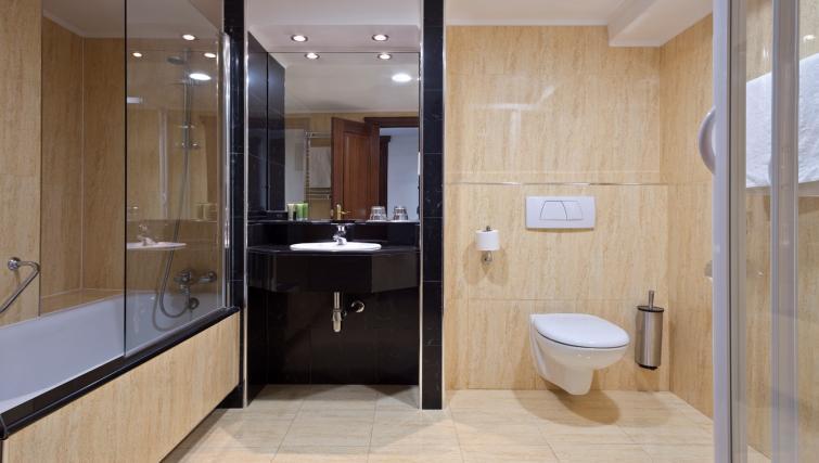 Spacious bathroom at Melia White House Apartments