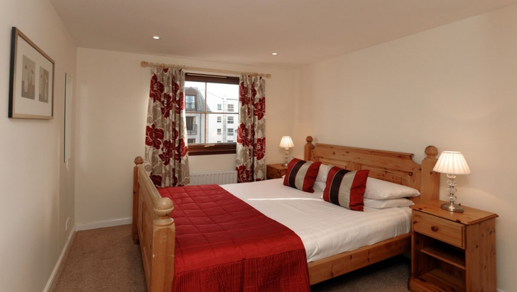 Bright double bedroom in Grove Apartments