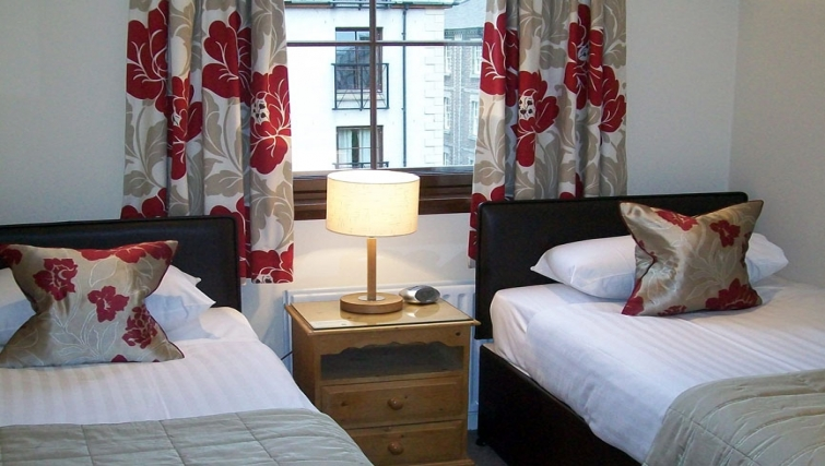 Lovely twin bedroom in Grove Apartments