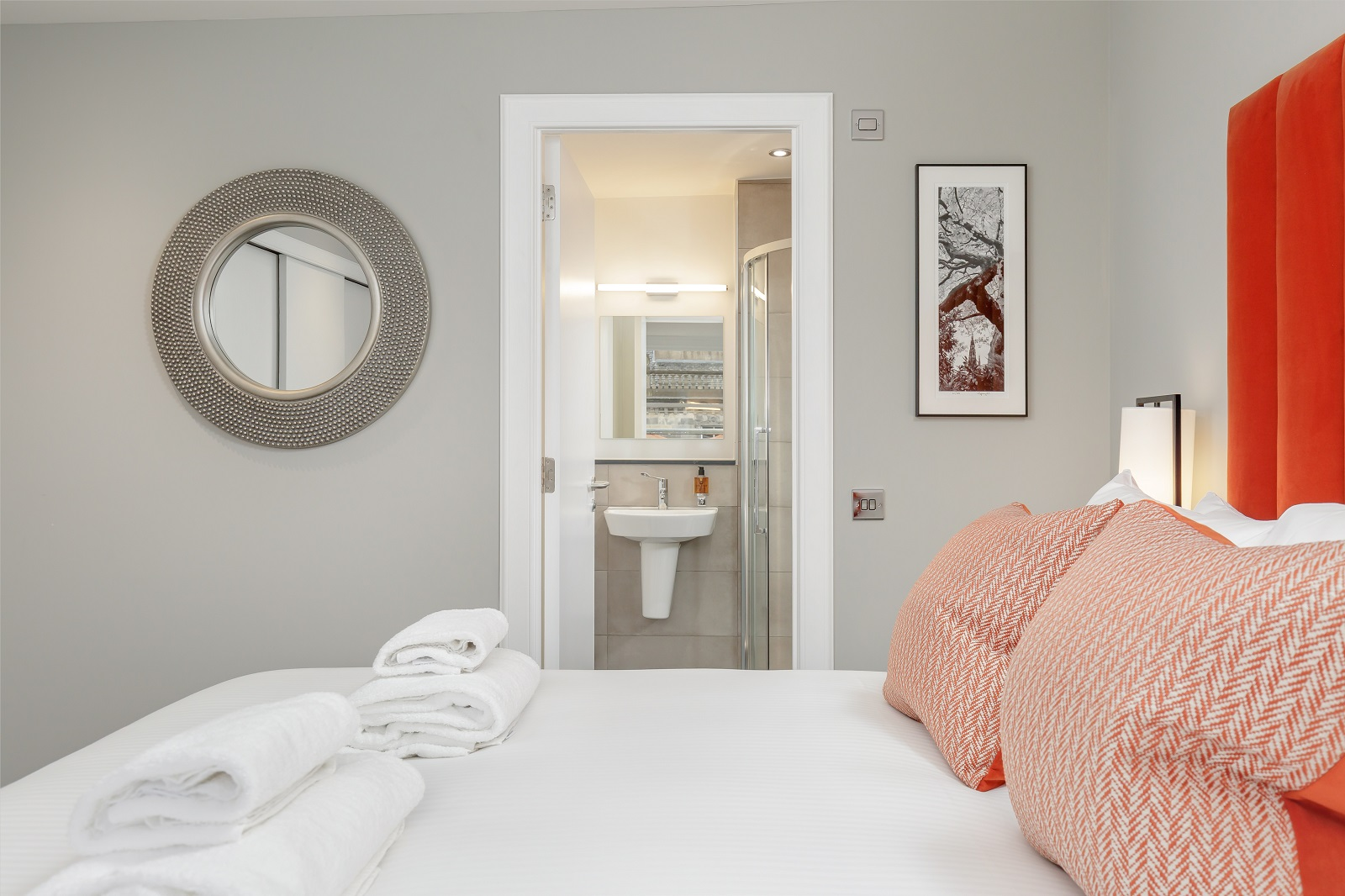 En-suite at Hanover Serviced Apartments