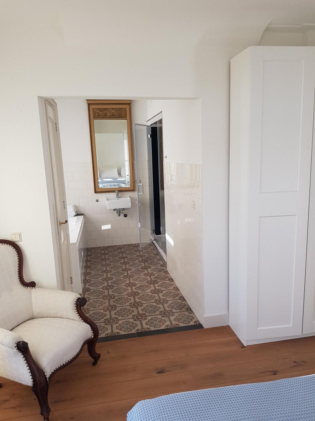 Bathroom layout at 21 Haarlemmerplein Apartments, Amsterdam