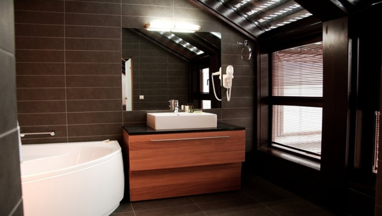 Stylish bathroom in The Granary La Suite
