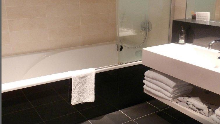 Modern bathroom in Adagio Paris Centre Tour Eiffel