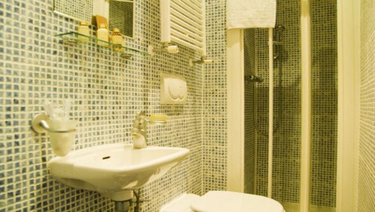 Stylish bathroom in Cartwright Gardens