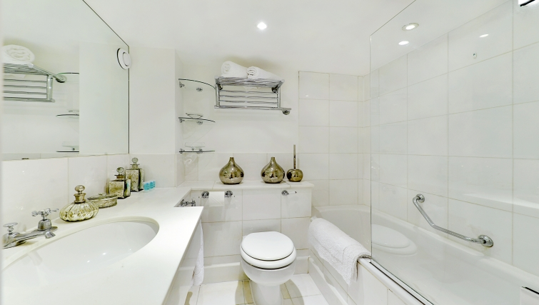 Executive bathroom in St Johns Westminster Apartments