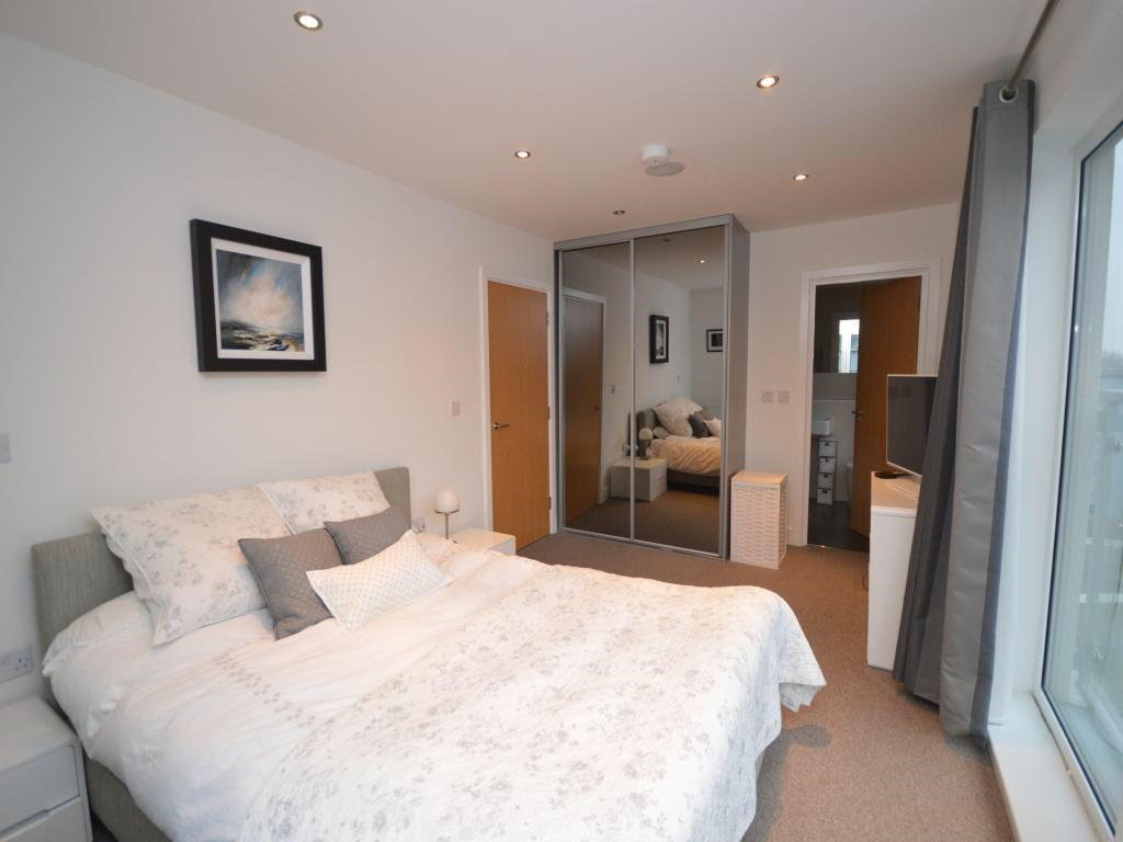King size bed at Mulberry Lodge Apartments, Centre, St Albans