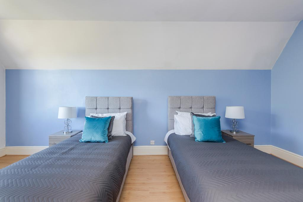 Twin beds at Albury Road Apartment, Centre, Guildford