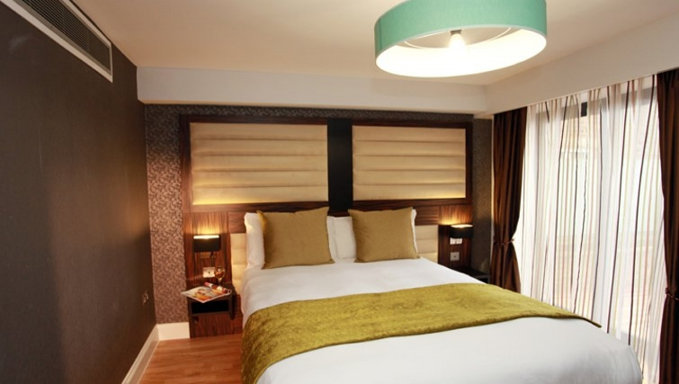 Cosy Bedroom in Best Western Maitrise Suites Hotel