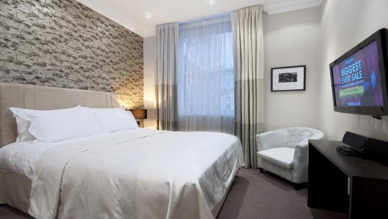 Double bed at 130 Queens Gate Apartments