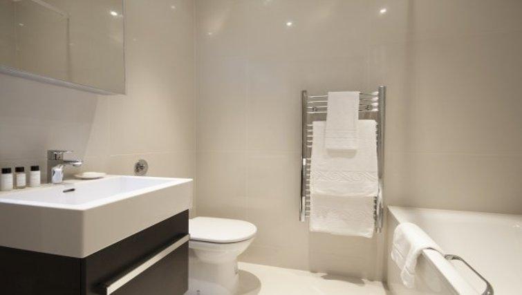 Modern bathroom in Brunel Crescent Apartments