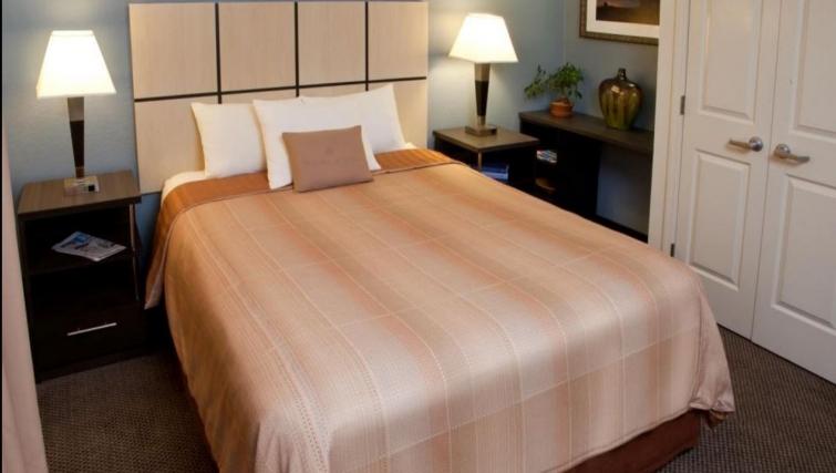 Executive bedroom in Silicon Valley Apartments