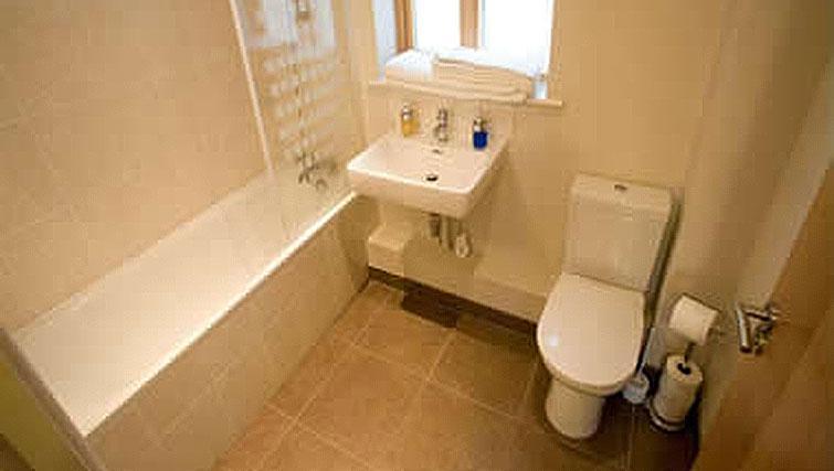Airy bathroom in Hercules Apartments
