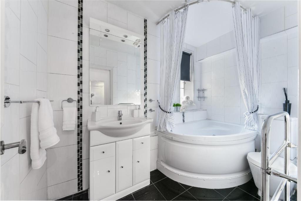 Bathroom at Chelsea Charm Apartment, Chelsea, London
