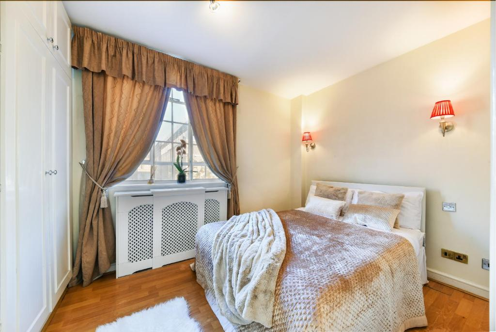 Bedroom at Chelsea Charm Apartment, Chelsea, London