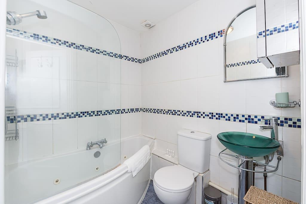 Bathroom at Clanricarde Gardens Apartment, Bayswater, London
