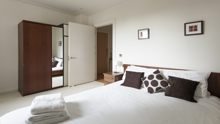 Comfortable bedroom in Discovery Dock Apartments