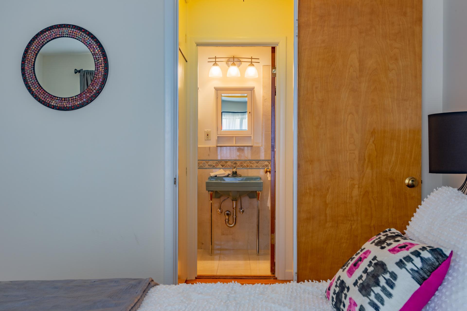 En-suite at Leavenworth Street Apartment, Russian Hill, San Francisco