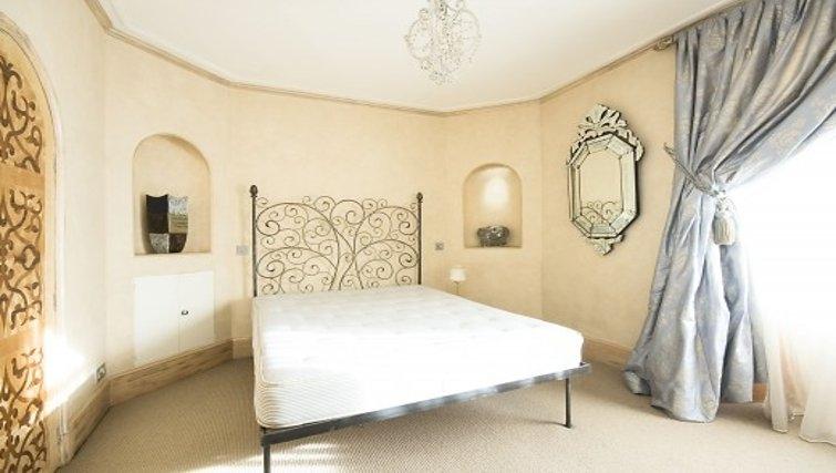 Cosy bedroom in Chesham Court