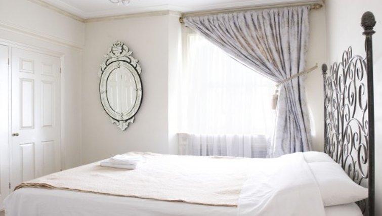 Striking bedroom in Chesham Court