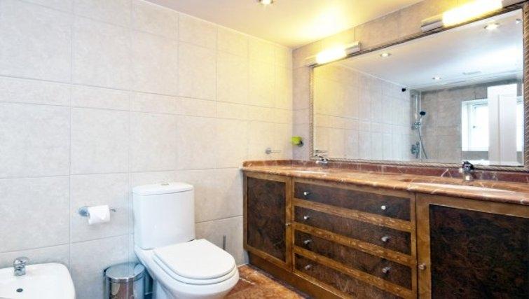 Stylish bathroom in Chesham Court