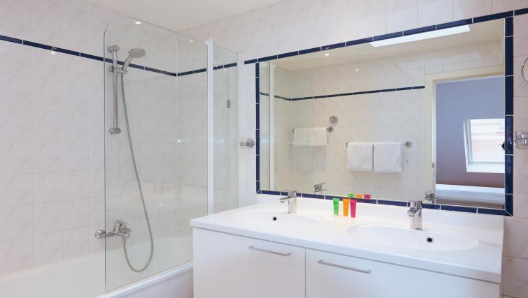 Full bathroom at Thon Residence Parnasse